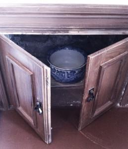 А скрывает он туалетик! Милый фаянсовый горшочек :)
